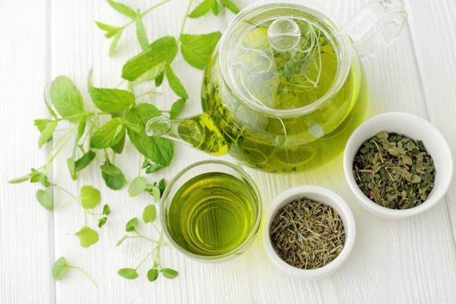 Tazza e teiera di tè verde