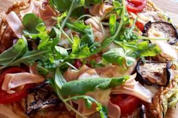 Pizza di albumi con verdure fresche e grigliate