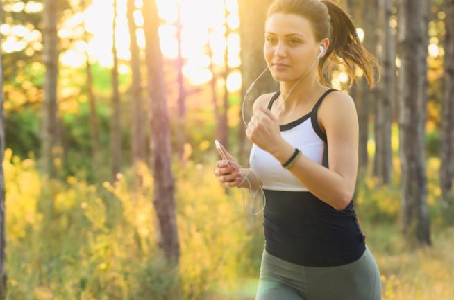 Una ragazza cammina veloce in un sentiero