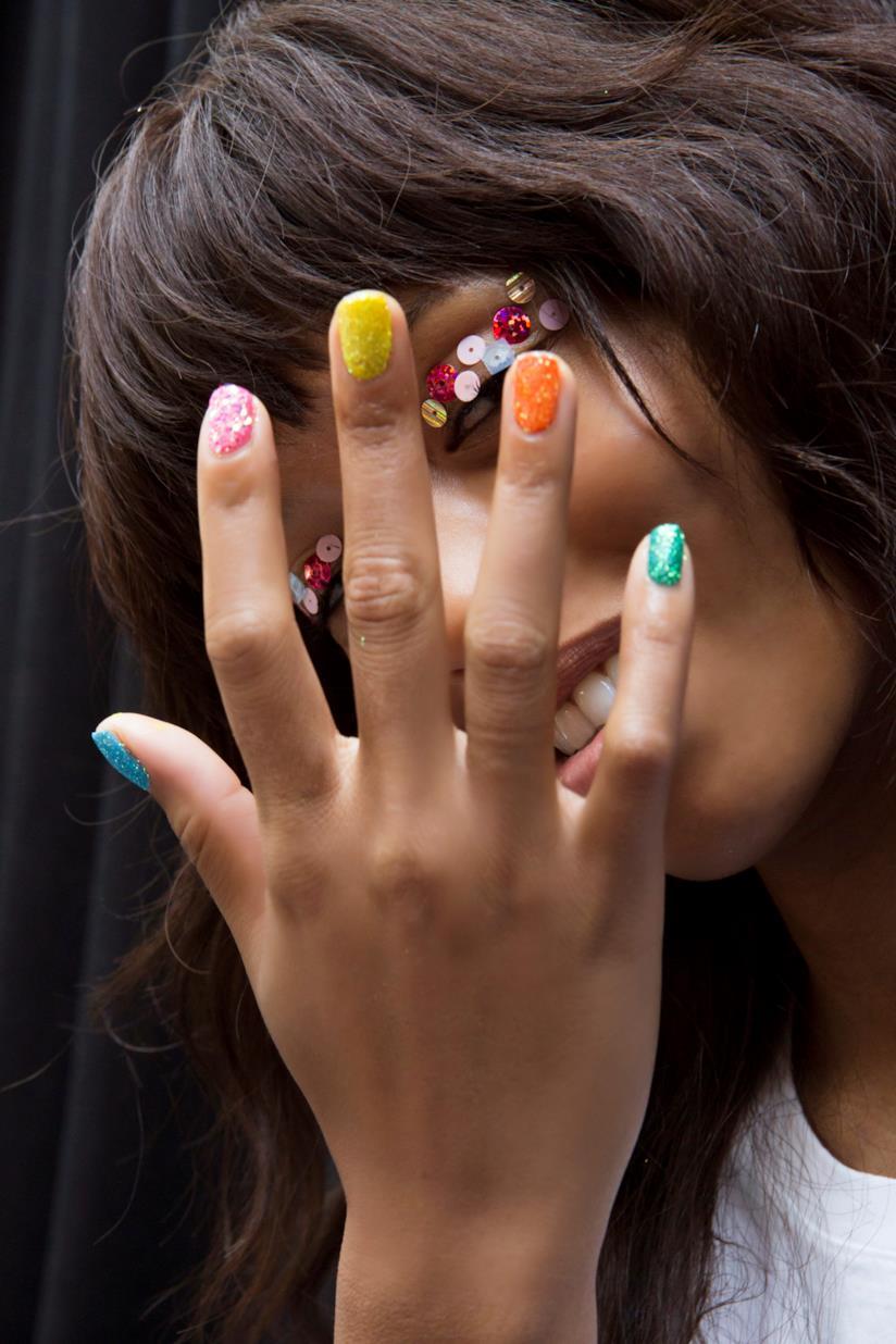 Unghie colorate con glitter