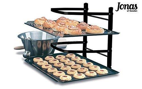 Scaffale per il raffreddamento con biscotti messi a raffreddare