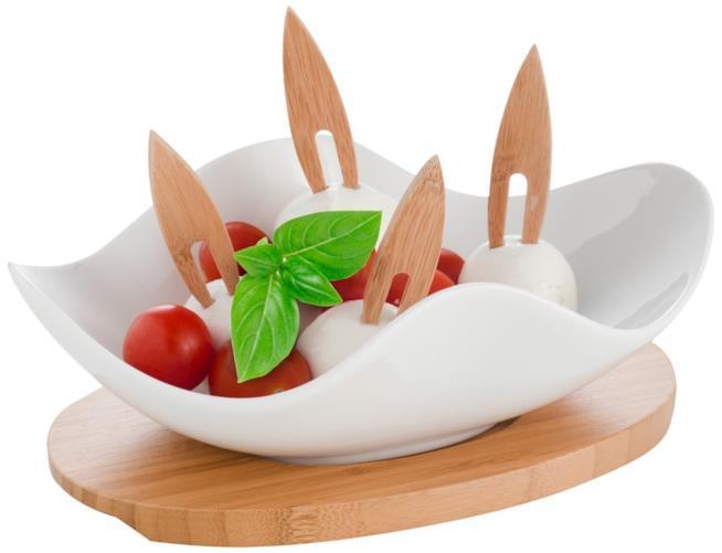 Antipastiera posata su supporto in legno e forchettine