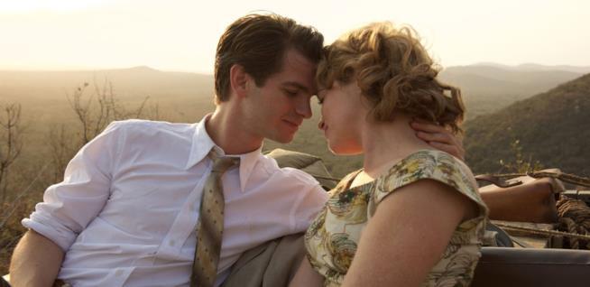 Andrew Garfield e Claire Foy in una scena del film Ogni tuo respiro
