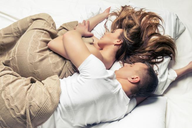 Coppia dorme insieme abbracciata