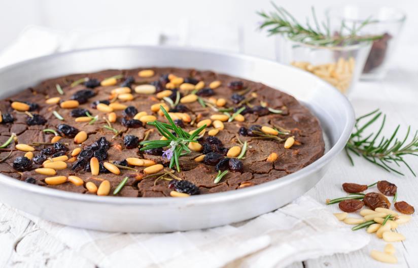 Castagnaccio con castagne e frutta secca
