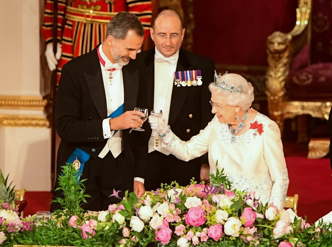 Buckingham Palace,  la Regina e Felipe di Spagna brindano