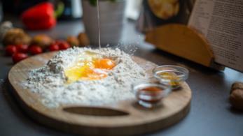 Tagliere con la farina e le uova