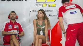 Belen Rodriguez nel box mentre assiste alla gara di Andrea Iannone