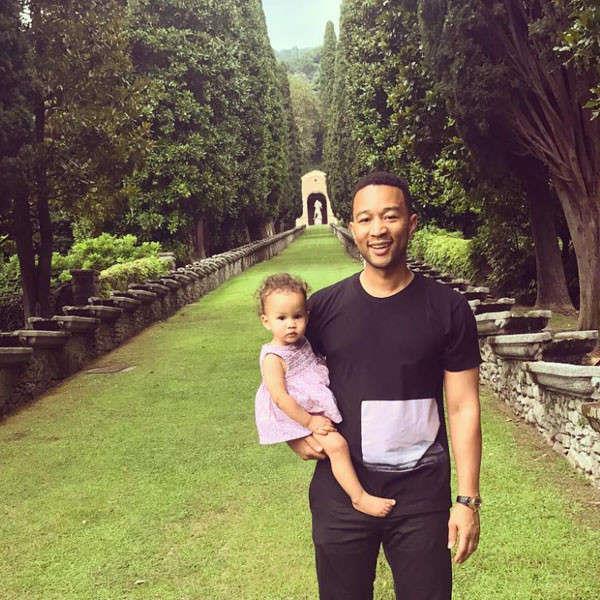 Il cantante John Legend con la figlia