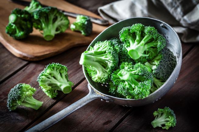 Broccoli su un tavolo