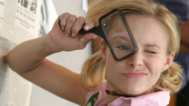 Veronica Mars con la lente d'ingrandimento in un'espressione buffa
