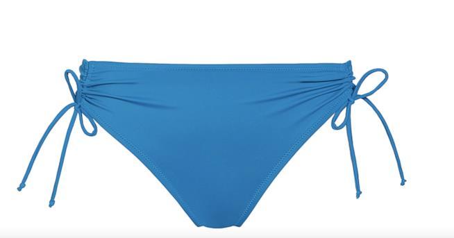 Lo slip alto è reso più femminile dai lacci sui fianchi