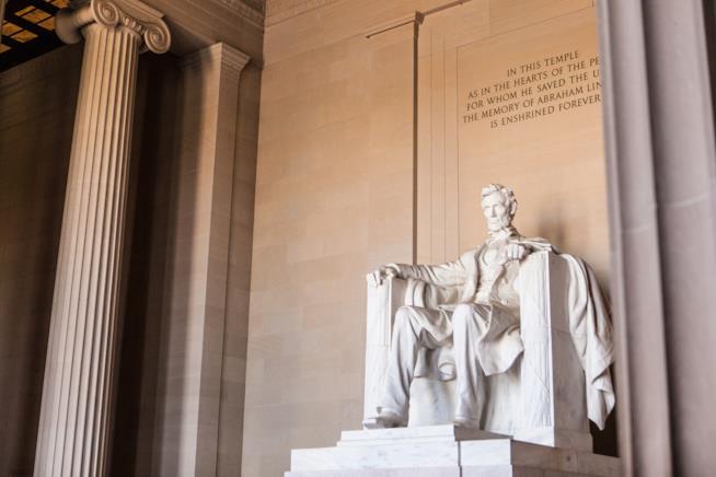 Interno del Lincoln Memorial di Washington, con la statua del 16° presidente
