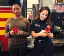 L'attrice Jaina Lee Ortiz e la regista Nzingha Stewart sul set di Station 19