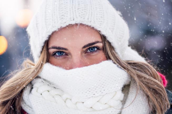 Ragazza in abiti invernali con gli occhi azzurri