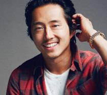 Steven Yeun sorride in primo piano