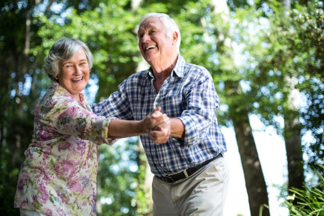 Coppia di anziani che balla