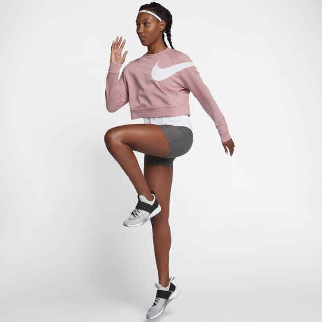 Una modella si allena vestita con la collezione Chrome Blush