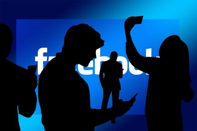 Sagone di persone e Facebook sullo sfondo.
