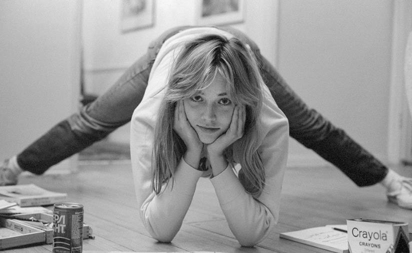 Sharon Stone mentre fa un esercizio di aerobica nella sua stanza