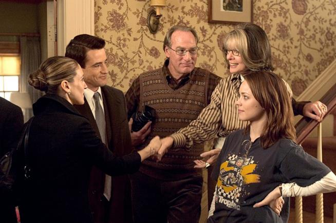 Diane Keaton, Dermot Mulroney, Sarah Jessica Parker, Craig T. Nelson e Rachel McAdams in una scena del film La neve nel cuore