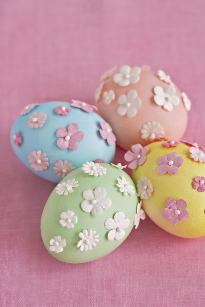 Uova con fiori attaccati