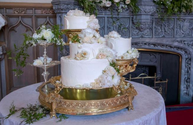 Royal Wedding torta nuziale con fiori freschi a decorare
