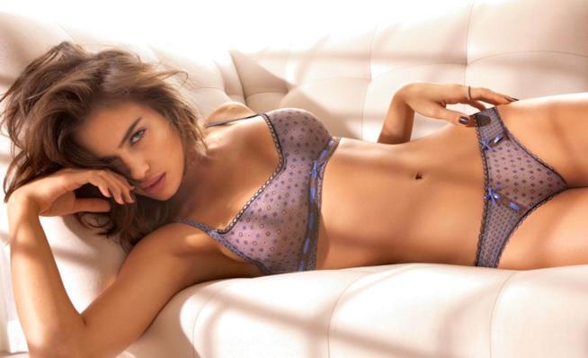 La modella Irina Shayk per Intimissimi