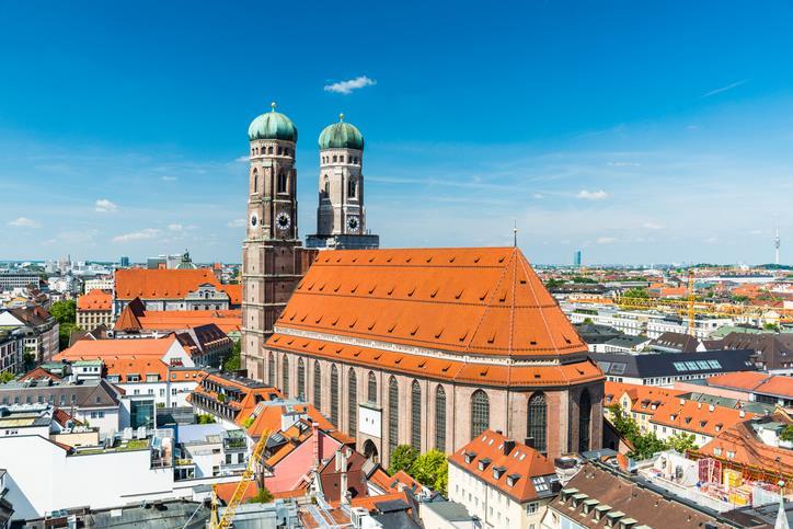 Il tetto rosso e le torri con la cupola a forma di cipolla della Chiesa di Nostra Signora
