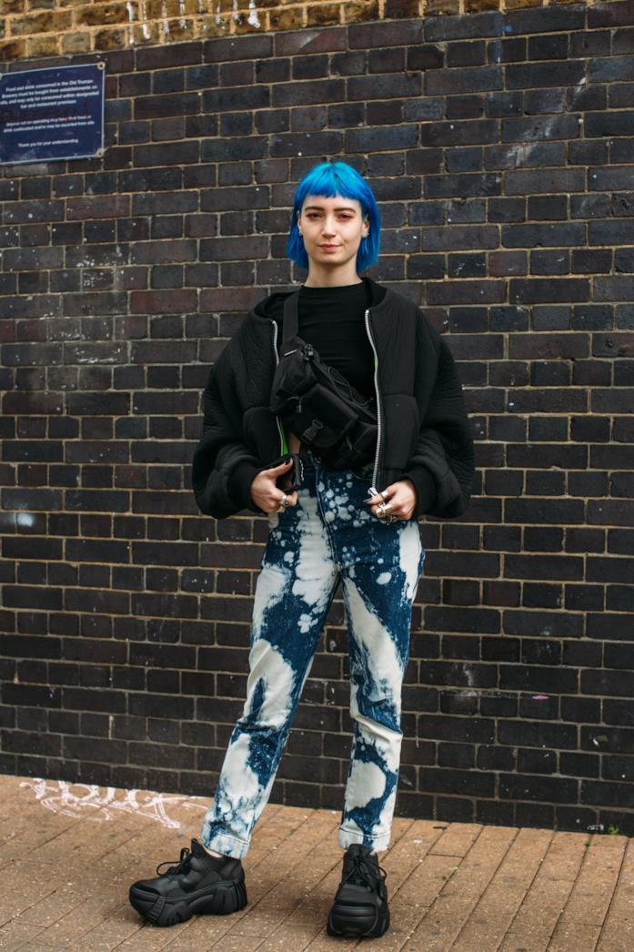 Outfit composto da bomber nero dallo Street Style di Londra 2019