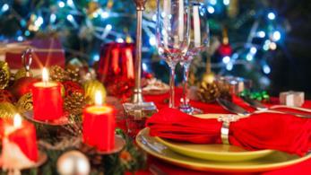 Tavola natalizia decorata sulle tonalità del rosso