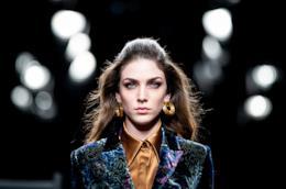 Modella che sfila alla Fashion Week