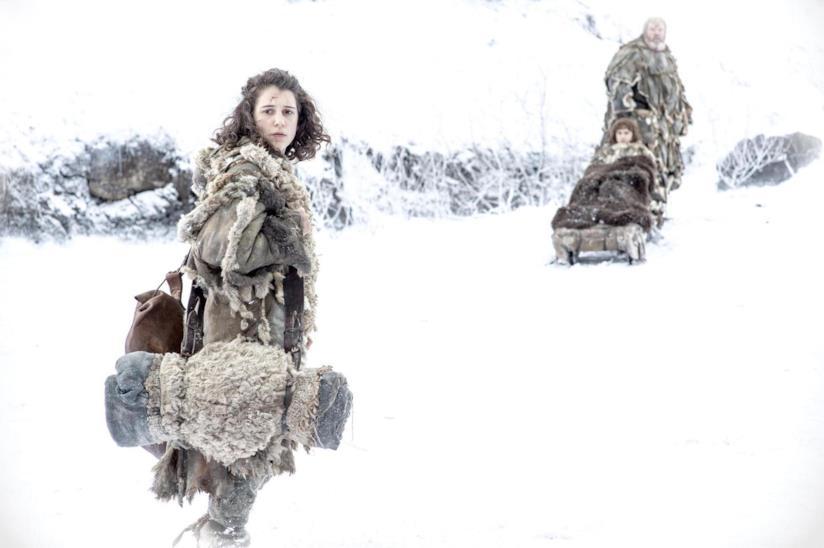 Donna cammina nella neve