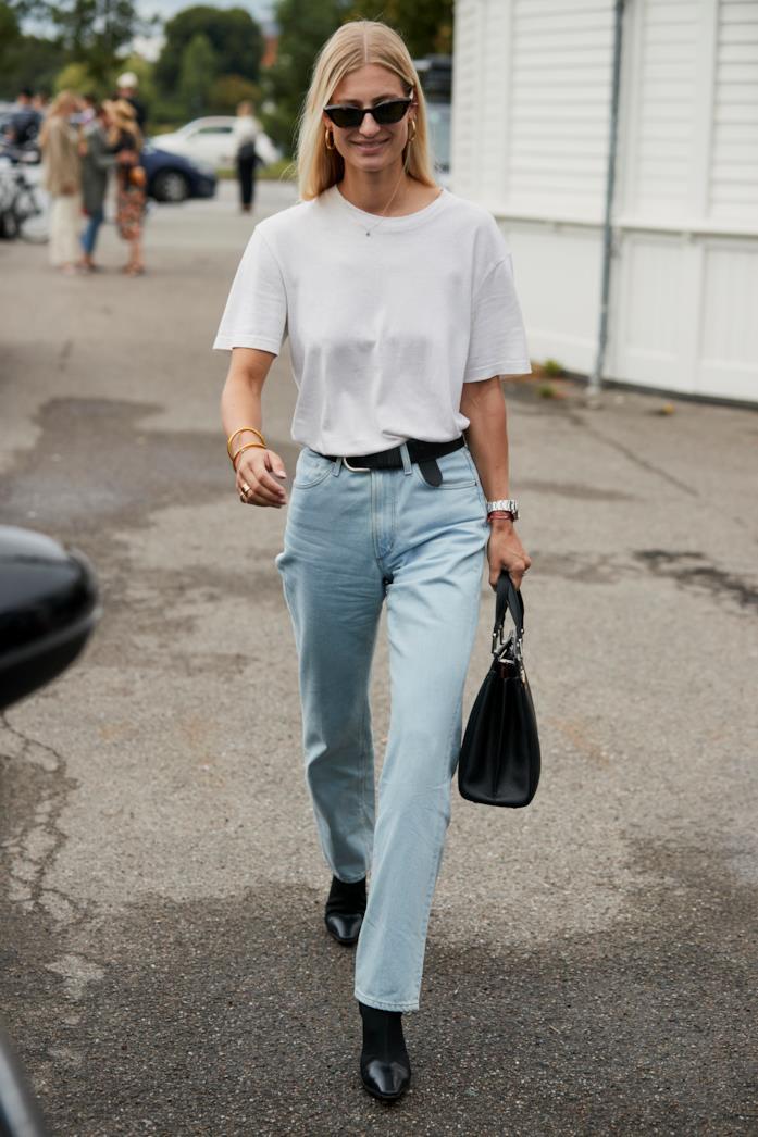 T-shirt bianca abbinata a jeans e stivaletti
