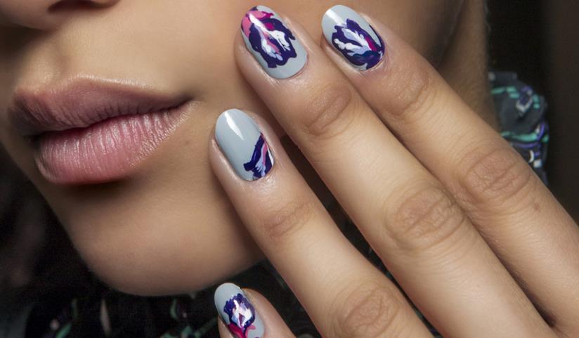 Nail art di tendenza: le unghie gel blu