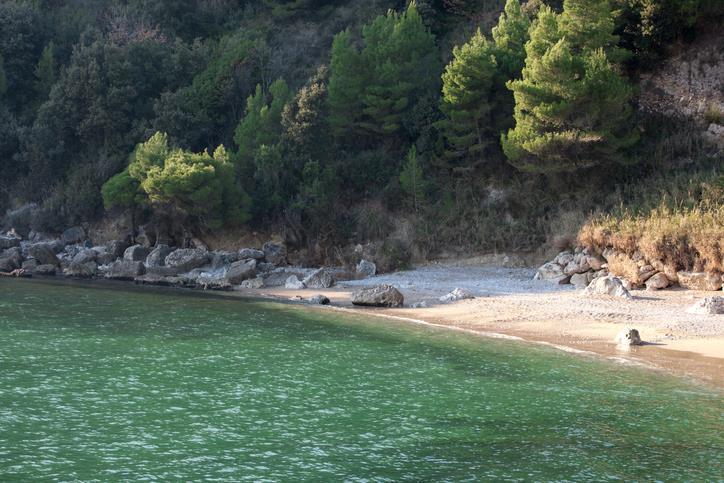 Uno scorcio della spiaggia dei Sassolini e della natura che la circonda.