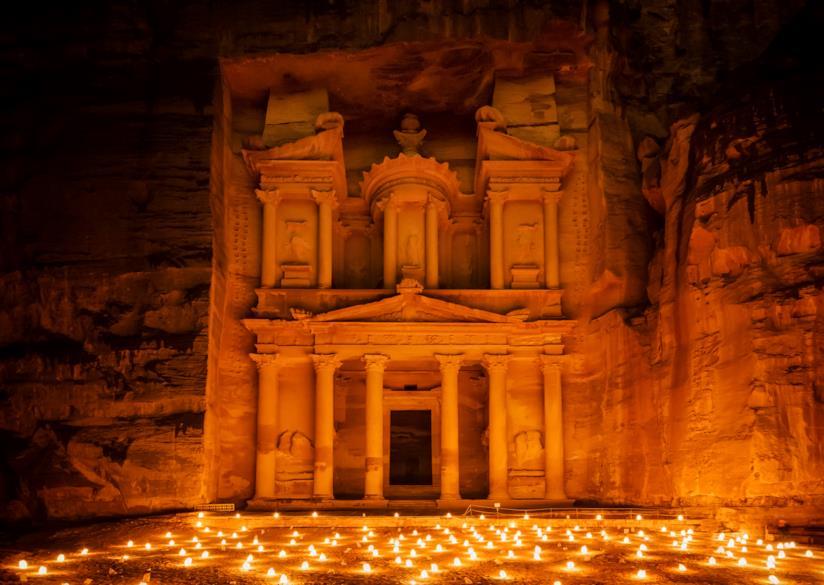 Petra illuminata dalla luce delle candele