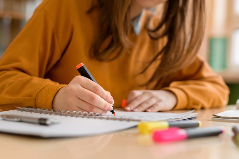 Una donna mentre studia.