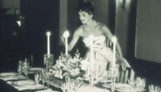 Jackie mentre allestisce una tavola per cena