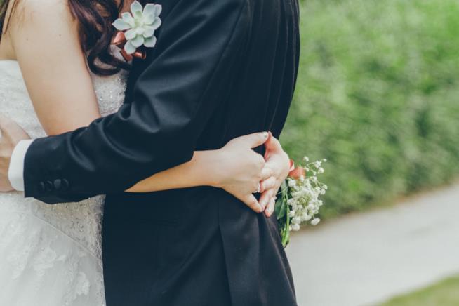 Coppia di sposi abbracciata