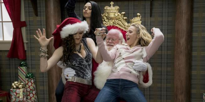 Mila Kunis e le altre mamme in una scena di Bad Moms flirtano con Babbo Natale