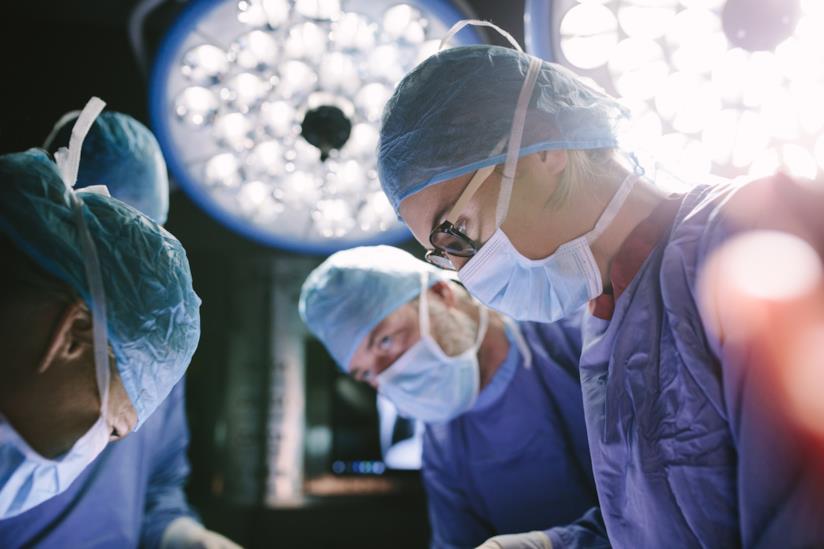 Una donna chirurgo