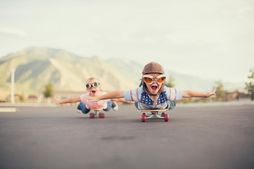 Due bambini che giocano in strada.