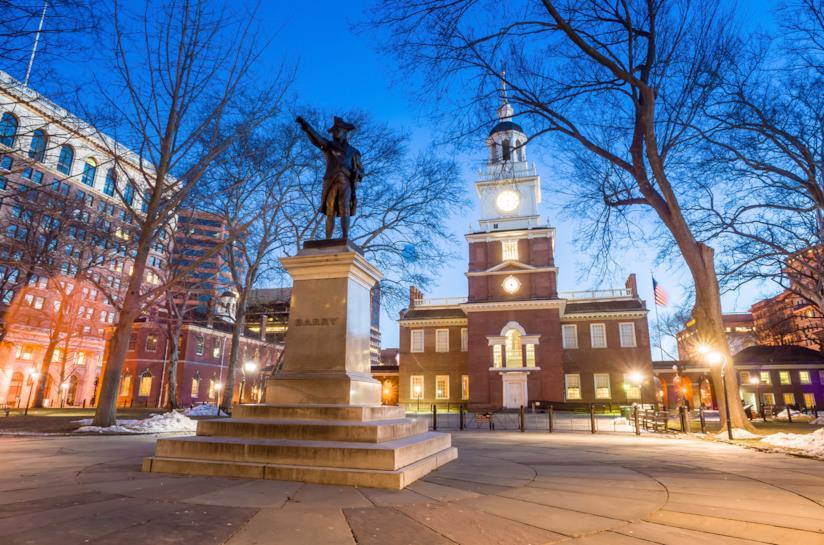 L'Independence Hall di Philadelphia, con la statua di John Barry