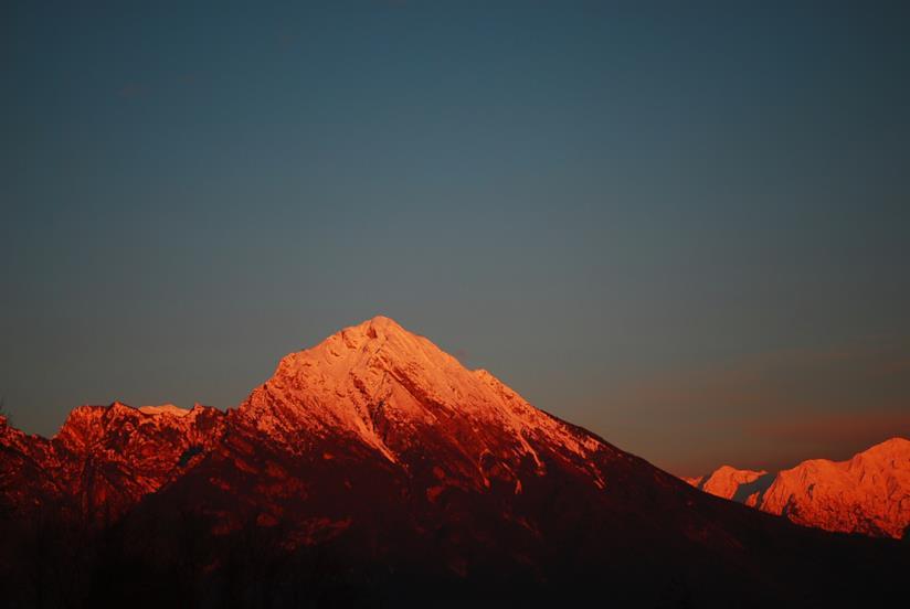 Una cima delle Dolomiti illuminata dal tramonto