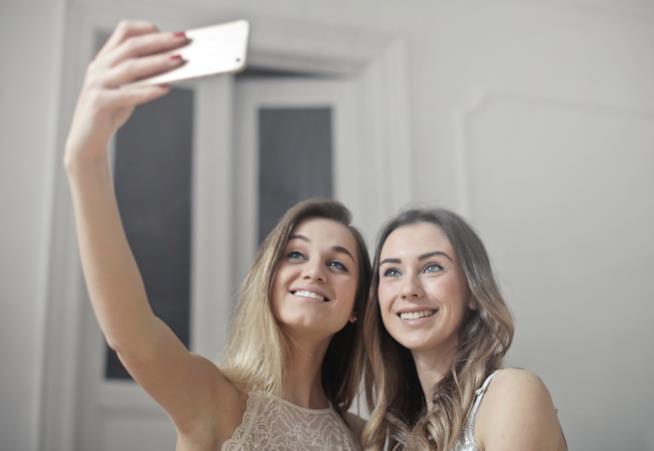 Due amiche si scattano un selfie