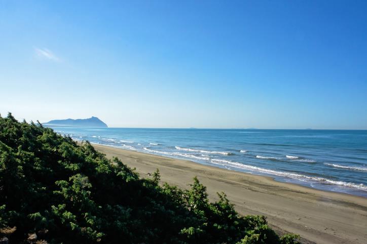 La spiaggia di Sabaudia incastonata tra natura lussureggiante e mare.