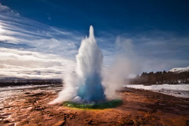 L'esplosione di un geyser nel contesto islandese