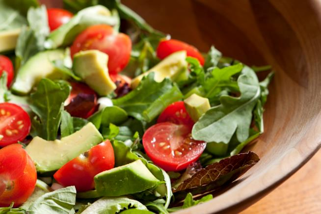 Insalata con avocado, rucola e pomodorini