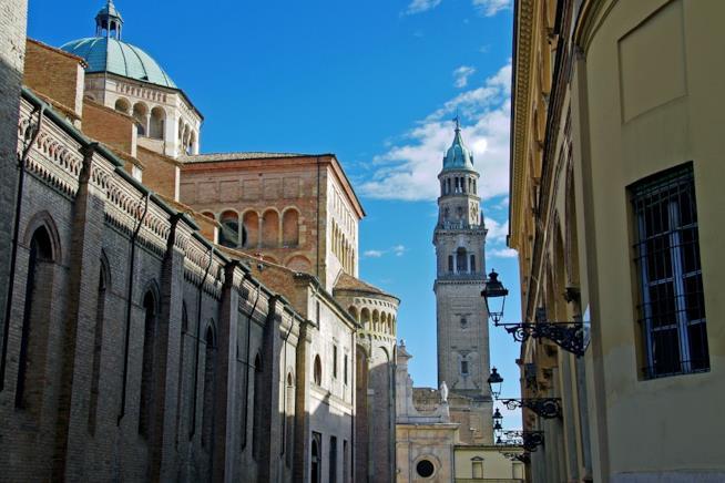 Un lato del Duomo di Parma